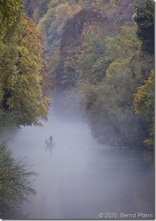Stocherkahn im Nebel